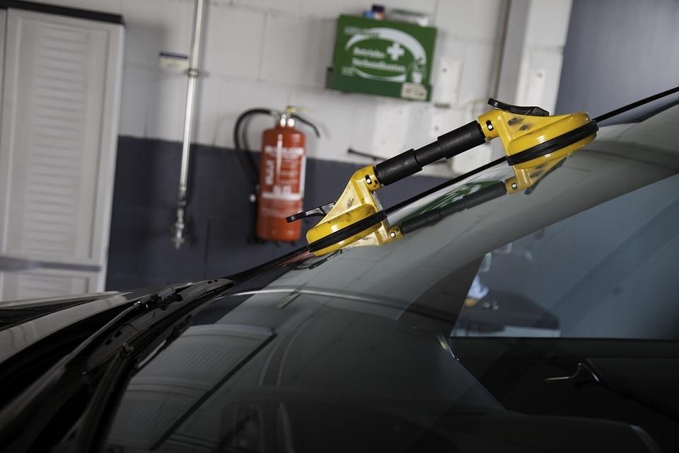 Įtrūko automobilio stiklas: keisti nauju ar remontuoti?