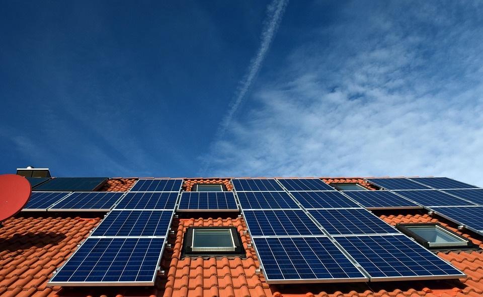 Saulės energija namų ūkiui ir elektromobilių įkrovimui